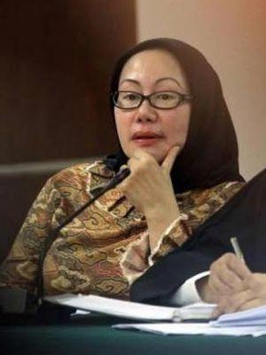 Terdakwa Atut Chosiyah menjalani sidang dengan agenda mendengarkan keterangan saksi Dirjen Otda Kemendagri Djohermansyah Djohan dan ajudan Tubagus Chaeri Wardana alias Wawan, Almin Aling, di Pengadilan Tindak Pidana Korupsi, Jakarta, Kamis (5/6/2014). Atut didakwa terlibat dalam kasus dugaan suap sengketa Pilkada Lebak di Mahkamah Konstitusi dan terancam hukuman penjara maksimal 15 tahun.