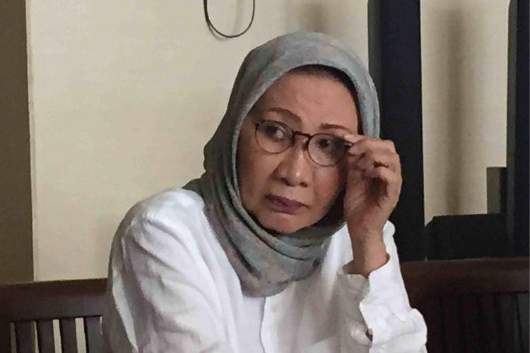 Aktivis Ratna Sarumpaet mensomasi Dinas Perhubungan DKI Jakarta terkait kejadian penderekan yang dilakukan petugas Dinas Perhubungan terhadap mobil Ratna yang parkir di ruas jalan Taman Tebet, Jakarta Selatan pada Selasa (3/4/2018).