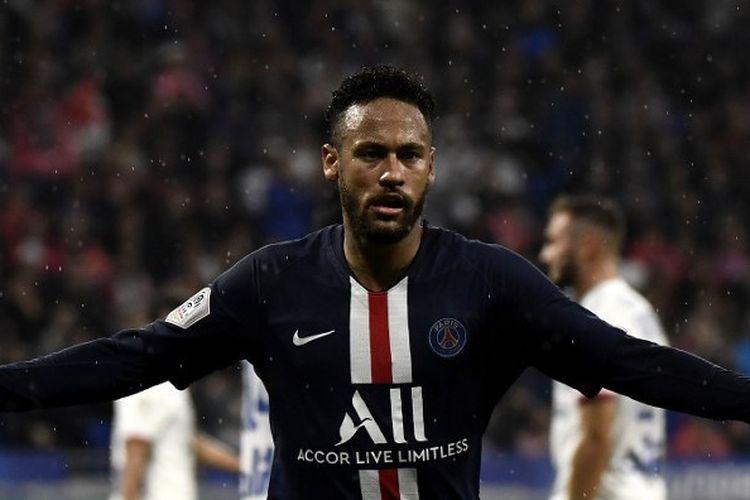 Penyerang Paris Saint-Germain, Neymar, merayakan golnya pada pertandingan Olympique Lyon vs PSG di Stadion Groupama dalam lanjutan Liga Perancis, 22 September 2019.