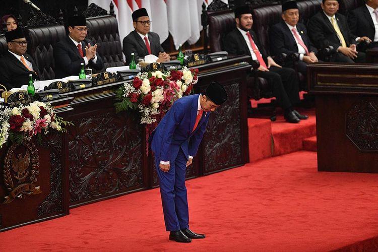 Presiden Joko Widodo memberi hormat sebelum menyampaikan pidato dalam Sidang Tahunan MPR di Kompleks Parlemen, Senayan, Jakarta, Jumat (16/8/2019).