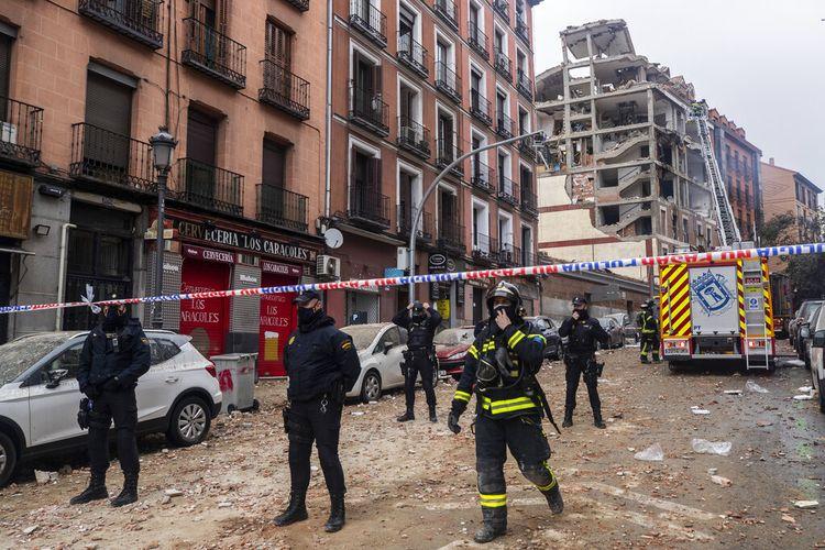 Petugas polisi menutup Jalan Toledo setelah ledakan di pusat kota Madrid, Spanyol, Rabu, 20 Januari 2021.