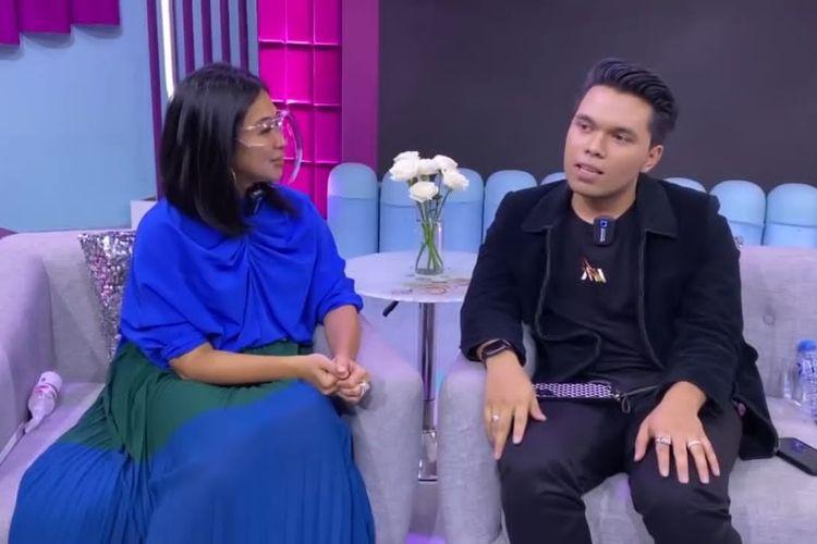 Thariq Halilintar berbincang dengan Feni Rose. (Bidikan layar YouTube Feni Rose Official).