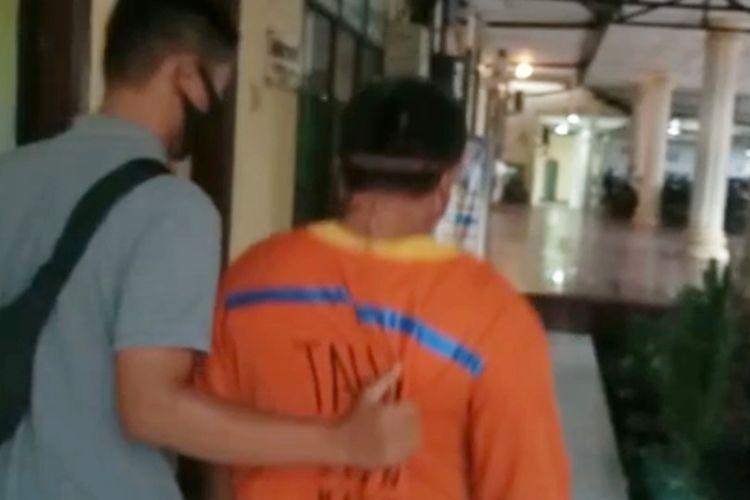 PA didampingi petugas polisi di Polres Pematangsiantar, Jalan Sudirman, Kota Pematangsiantar, Jumat (18/9/2020).