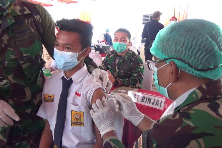 Tim medis menyuntikkan vaksin Covid-19 kepada siswa dalam pelaksanaan vaksinasi Covid-19 untuk siswa SMP dan SMA di Medan, Rabu (14/7/2021).