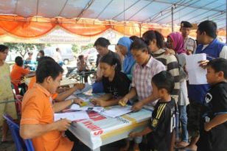 Ratusan warga Kota Bengkulu Antrean mencairkan Bantuan Langsung Sementara Masyarakat (BLSM) tahap kedua, Senin (2/9/2013) dari data kantor pos cabang Bengkulu menyebutkan sebanyak 5.378 rumah tangga sasaran (RTS)di Bengkulu tidak mencairkan BLSM tahap pertama