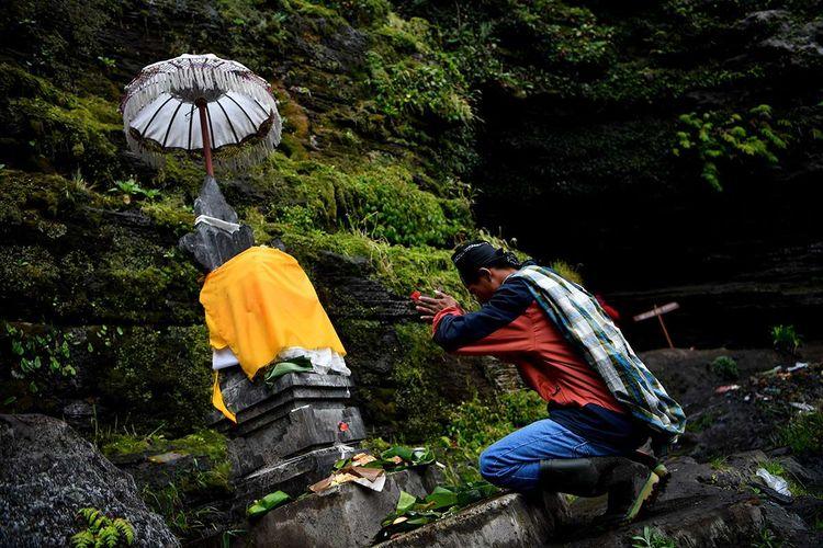 Masyarakat Suku Tengger berdoa sebelum mengambil air suci di Goa Widodaren  di kawasan Gunung Bromo, Probolinggo, Jawa Timur, Senin (6/7/2020). Ritual berdoa dan ambil air suci tersebut merupakan rangkaian  perayaan Yadnya Kasada bagi masyarakat Suku Tengger.
