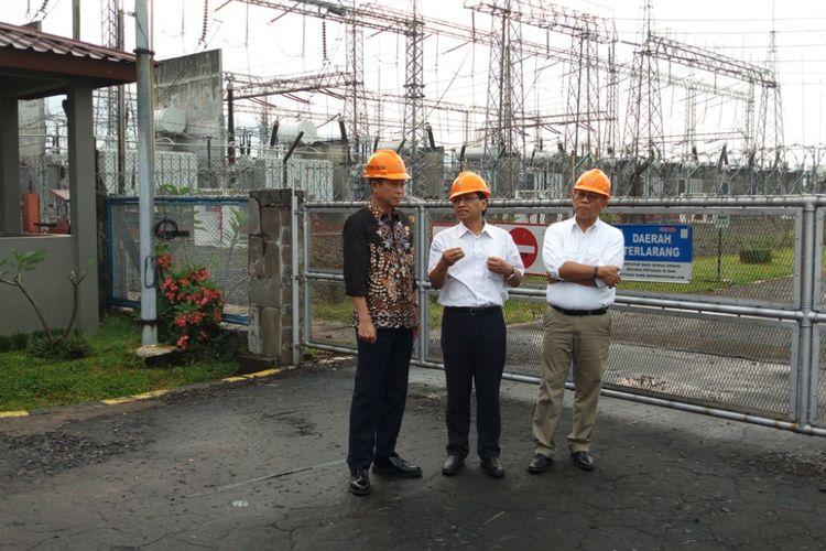 Direktur Bisnis Regional Jawa Bagian Tengah PT PLN (Persero), Amir Rosidin (tengah), mendampingi Menteri ESDM, Ignasius Jonan (kiri) saat mengunjungi PT PLN (Persero) Area Pengatur Beban (APB) Jawa Tengah dan DIY, di Ungaran, Kabupaten Semarang, Rabu (18/4/2018) sore.