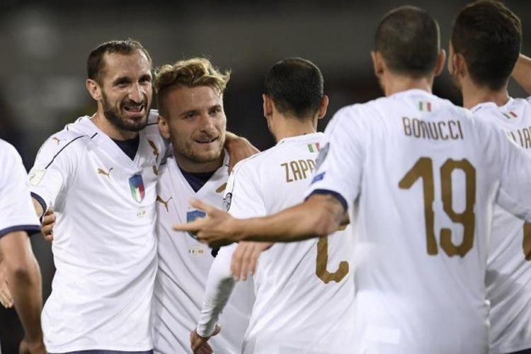 Giorgio Chiellini merayakan gol timnas Italia ke gawang Makedonia pada lanjutan kualifikasi Piala Dunia 2018 di Turin, Jumat (6/10/2017).