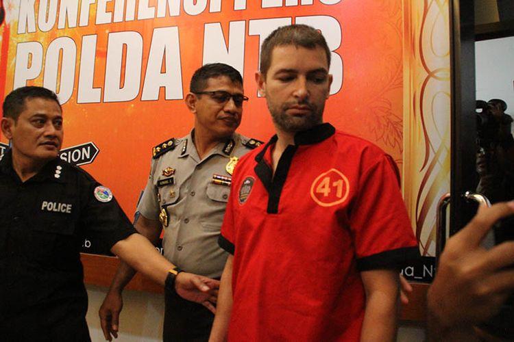 Mataram,Kompas.Com WNA asal Prancis, Dorfin Felix (35) kedapatan membawa 2.477,95 gram narkotika ke Lombok, Dorfin terancam hukuman 20 tahun penjara