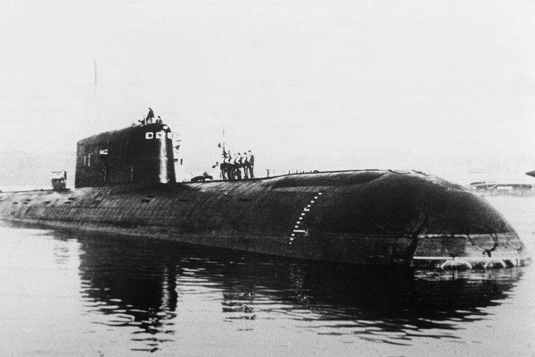 Foto tanpa tanggal yang menunjukkan kapal selam nuklir Uni Soviet, Komsomolets, sebelum tenggelam di perairan Norwegia pada 7 April 1989.