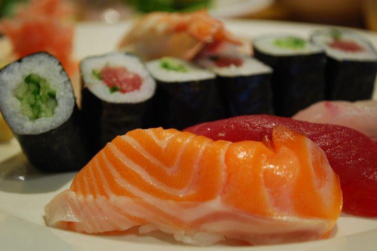 Ilustrasi makanan laut mentah, Salmon nigiri sushi.