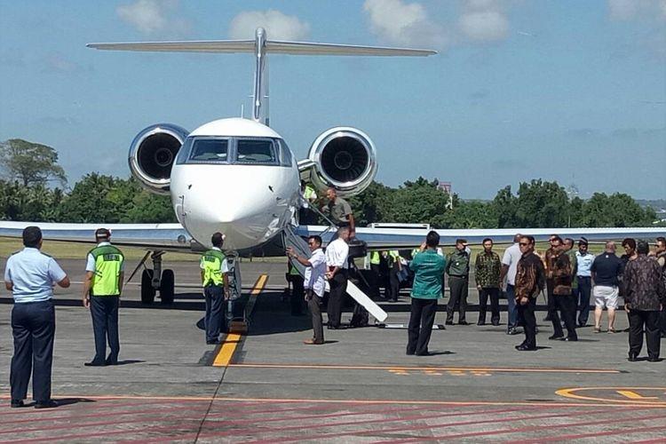 Mantan Presiden AS Barack Obama menaiki tangga pesawat sesaat sebelum meninggalkan Bali, Rabu (28/6/2017).