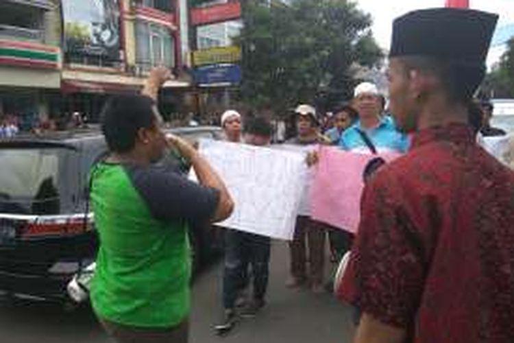 Sekelompok pemuda yang berjumlah belasan orang melakukan aksi unjuk raksa di Jalan Bangka Raya, Jakarta Selatan, Selasa (15/11/2016).