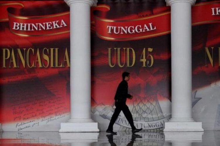 Kampanye empat pilar kebangsaan terus digemakan. Salah satunya seperti terpasang di Parlemen, Senayan, Jakarta, Selasa (7/5/2013). Kampanye empat pilar kebangsaan meliputi Pancasila, UUD 1945, NKRI, dan Bhinneka Tunggal Ika.