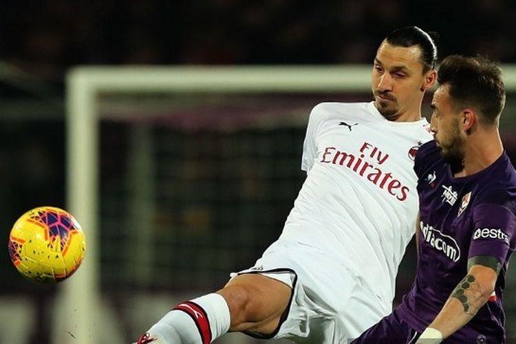 Zlatan Ibrahimovic (kiri) berebut bola dengan Gaetano Castrovili (kanan) pada laga Fiorentina vs AC Milan di Stadion Artemio Franchi, Firenze, Sabtu (22/2/2020) atau Minggu dini hari WIB.