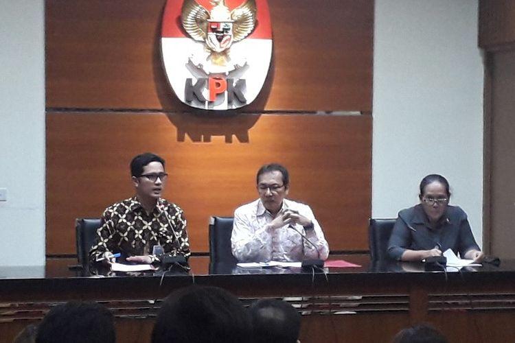 Wakil Ketua KPK Saut Situmorang (tengah) dalam konferensi pers di Gedung KPK, Kamis (15/8/2019) sore.