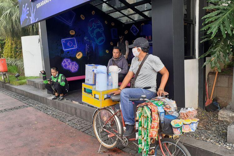 Alex, pedagang Starling yang sedang menunggu pesanan di kawasan Sudirman,Jakarta Selatan, Rabu (9/6/2021)
