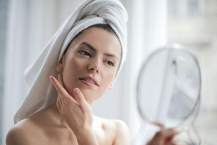 Ilustrasi memakai skin care.