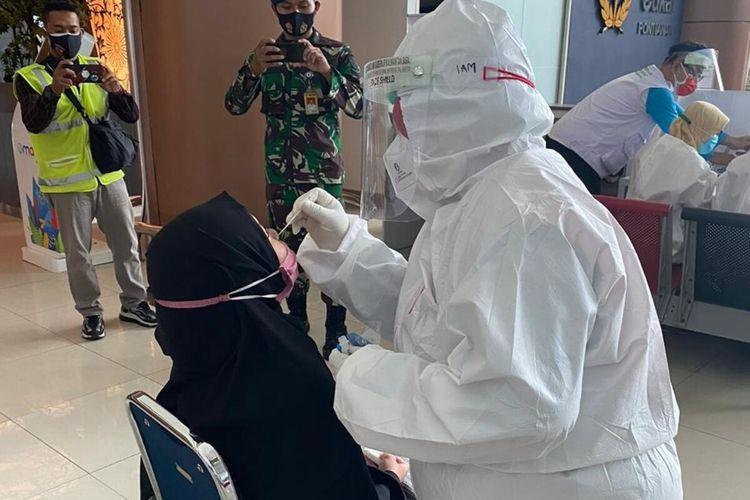 Satuan Tugas Percepatan Penanganan Covid-19 Kalimantan Barat (Kalbar) melakukan rapid test antigen acak ke penumpang pesawat dari Jakarta di Bandara Internasional Supadio Pontianak. Rapid test antigen acak ini dilakukan untuk mencegah terjadinya penularan virus corona atau Covid-19 di Kalbar.