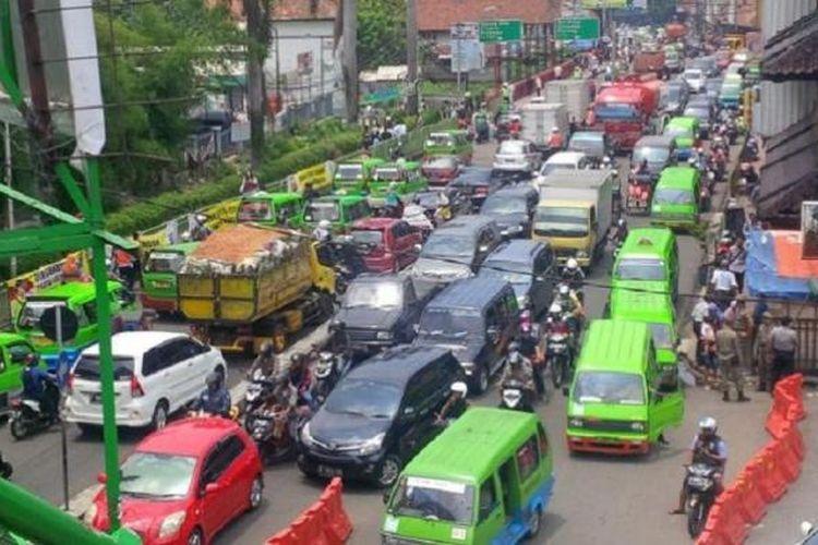 Kondisi macet di Jl Kapten Muslihat, Kota Bogor. Banyaknya angkot yang tidak seimbang dengan kapasitas jalan dituding sebagai biang keladi kemacetan.