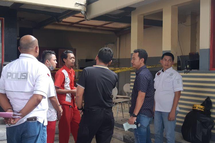 Polisi lakukan olah Tempat Kejadian Perkara (TKP) ruang genset pom bensin yang terbakar di Pos Pengumben, Kembangan, Jakarta Barat (Kamis (30/1/2020)