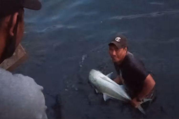 Warga di kawasan Pasar Batu Merah Ambon menangkap kawanan ikan bubara yang terjebak di sungai tersebut, Sabtu (1/5/2021)