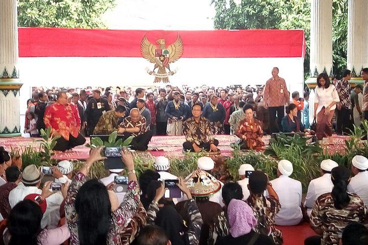 Masyarakat Yogyakarta penuhi Pagelaran Keraton Ngayogyakarta Hadiningrat untuk mengikuti acara peringatan lahirnya Pancasila.