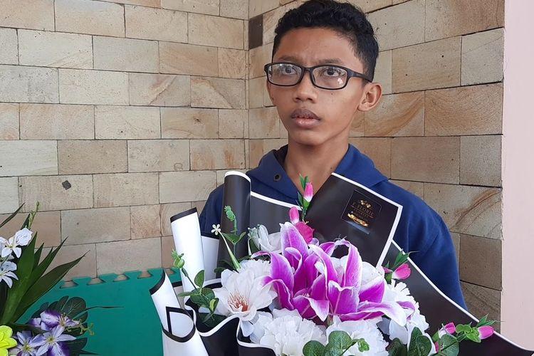 Pelajar SMKN 1 Blora, Wildan Izza Fauzan (15) mampu berkreativitas dengan membuat karangan bunga yang bernilai ekonomis saat ditemui di rumahnya, Desa Semampir, Kecamatan Jepon, Blora, Rabu (28/7/2021)