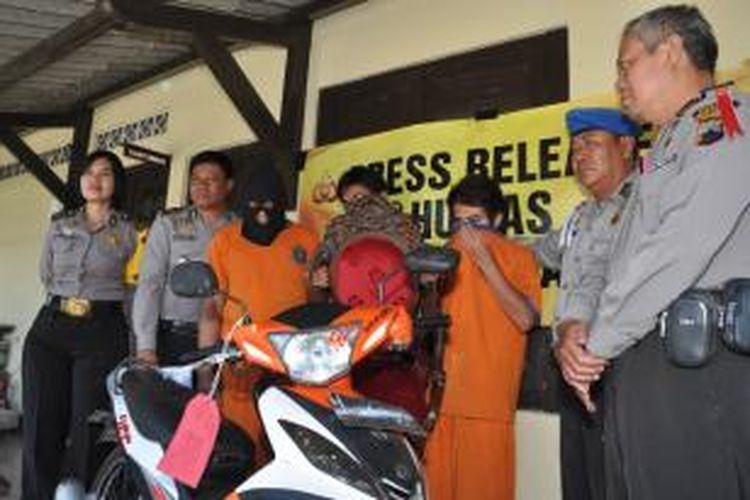 Tiga anggota komplota pencuri spesiais villa di Bandungan ditunjukkan dalam gelar perkara di   Mapolsek Bandungan, Minggu (20/4/2014) siang.
