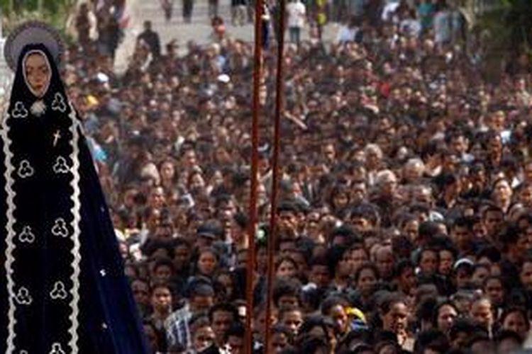 Ilustrasi. Warga mengiringi patung Tuan Ma (Bunda Maria) yang diusung dari kapela menuju Gereja Katedral pada perayaan Pekan Suci atau Semana Santa bagi umat Katholik, di Larantuka, Flores Timur, NTT