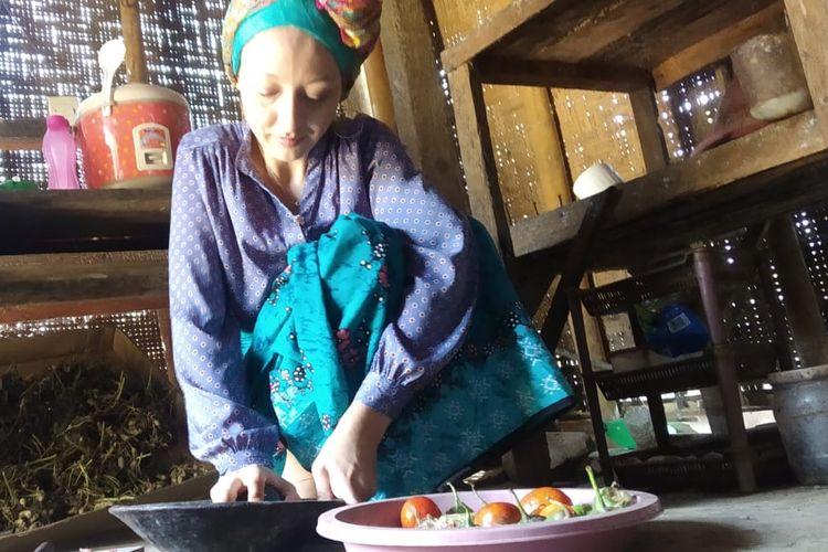 Melissa, warga negara Perancis yang menikah dengan pria asal Lombok, sedang memasak sambal tempe di dapur, Rabu (3/3/2021)