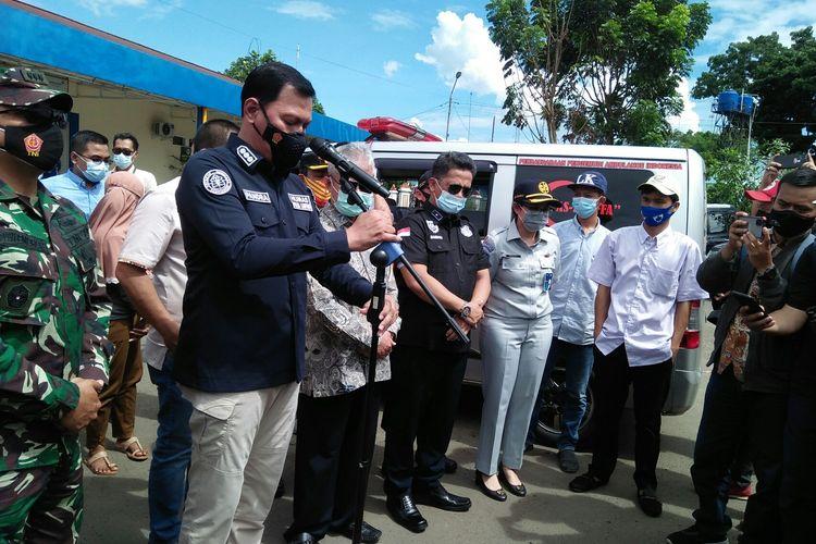 Kabid Humas Polda Lampung Kombes Zahwani Pandra Arsyad saat penyerahan jenazah Pipit Piyono kepada keluarga korban