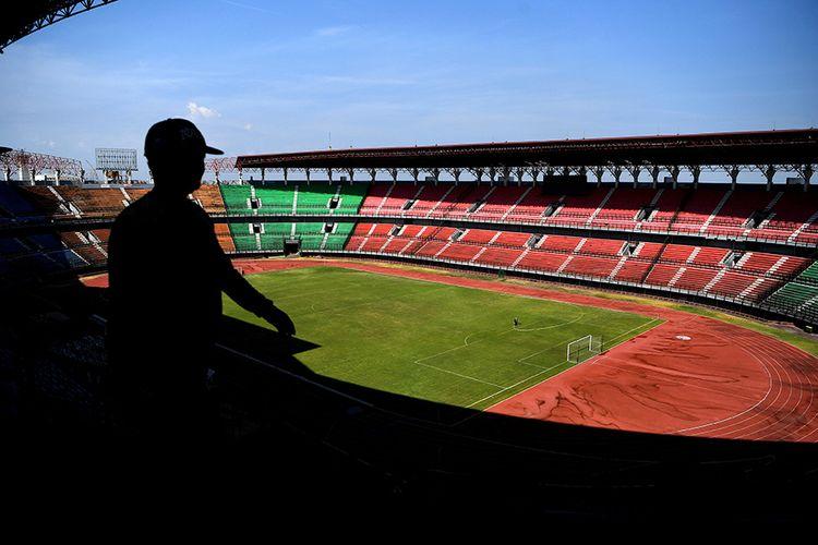 Pekerja melakukan perawatan Stadion Gelora Bung Tomo, Surabaya, Jawa Timur, Jumat (25/10/2019). Stadion tersebut merupakan satu dari sepuluh stadion yang diusulkan PSSI sebagai tempat pertandingan Piala Dunia U-20 pada 2021.