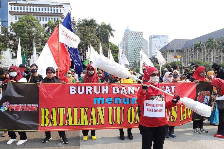 Korek kuping jumbo yang dibawa massa dalam aksi penolakan UU Cipta Kerja di Patung Kuda, Rabu (28/10/2020)
