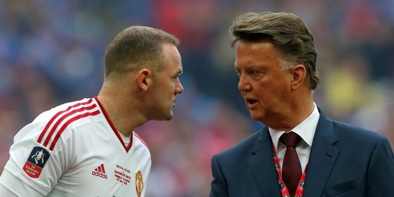 Manajer Manchester United, Louis van Gaal (kanan), berbicara dengan kapten Wayne Rooney saat timnya melawan Crystal Palace pada final Piala FA di Stadion Wembley, Sabtu (21/5/2016).