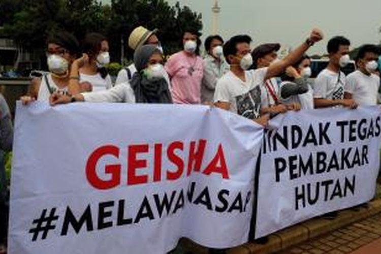 Sejumlah artis menggelar aksi solidaritas #melawanasap di Patung Kuda, Merdeka Barat, Jakarta Pusat, Jumat (9/10/2015).