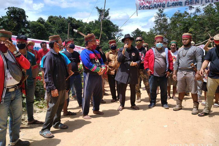 Salah satu tokoh adat Dayak Long Wai saat memberi pengarahan kepada warga lain saat aksi damai menutup akses pengangkutan CPO dan buah sawit di wilayah adat Dayak Modang, kilometer 16, Desa Long Bentuk, Kecamatan Busang, Kabupaten Kutai Timur, Kalimantan Timur, Sabtu (30/1/2021).