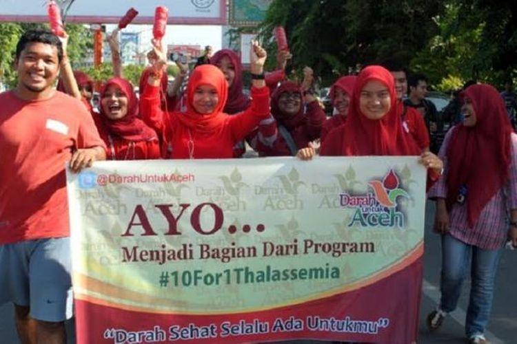 Para relawan Komunitas Darah Untuk Aceh (DUA) melakukan aksi kampanye dijalan dan mengingatkan warga agar waspada terhadap penyebaran penyakit thalassemia yang diturunkan dari hasil perkawinan.***** K12-11