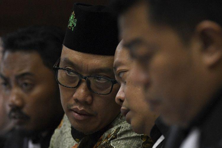 Terdakwa kasus dugaan suap terkait pengurusan proposal dana hibah Komite Olahraga Nasional Indonesia ( KONI) dan gratifikasi, Imam Nahrawi (kedua kiri) menyimak keterangan saksi dalam sidang lanjutan di Pengadilan Tipikor, Jakarta, Jumat (21/2/2020). Sidang mantan Menteri Pemuda dan Olahraga tersebut mengagendakan mendengar keterangan saksi diantaranya mantan Pejabat Pembuat Komitmen (PPK) Program Satuan Pelaksana Program Indonesia Emas ( Satlak Prima) Tahun 2017 Chandra Bakti dan Yuyun Sulistyawati, isteri Miftahul Ulum asisten pribadi Imam Nahrawi. FOTO ANTARA/Puspa Perwitasari/foc.