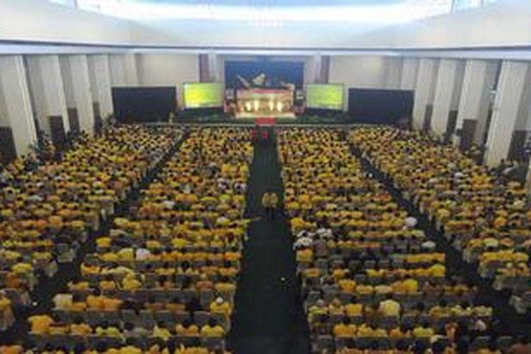 Ribuan angota Fraksi Partai Golkar seluruh Indonesia mengikuti pertemuan yang dihadiri Ketua Umum Partai Golkar Aburizal Bakrie di Kompleks Parlemen, Senayan, Jakarta, Selasa (5/3/2013). Pertemuan tersebut untuk pemantapan strategi pemenangan Partai Golkar pada pemilu legislatif dan pemilihan presiden tahun 2014.