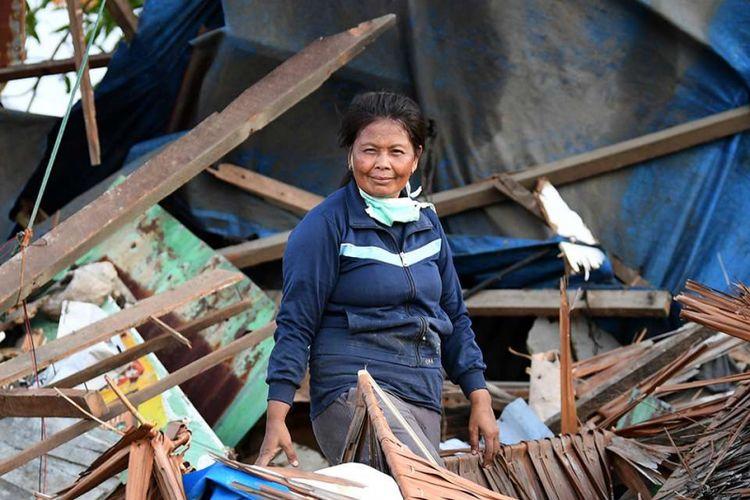 Layla berpose di depan rumahnya yang rusak akibat gempa dan tsunami di Lere, Palu, Sulawesi Tengah, Senin (8/10/2018). Para penyintas berusaha tegar untuk mencoba membangun kembali kehidupan pasca-gempa dahsyat yang disusul gelombang tsunami dan likuifaksi pada 28 September 2018 di sejumlah wilayah di Sulawesi Tengah.