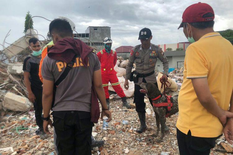 Anjing pelacak (K9)  milik Direktorat Sabhara Polda Sulsel membantu melakukan pencarian korban bencana gempabumi,  tsunami dan likuefaksi dI Sulawesi Tengah (Sulteng).