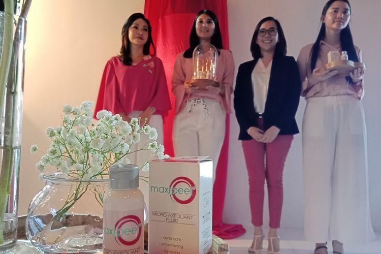 Dermatologis dr. Melyawati Hermawan, SpKK dan Brand Manager Personal Care Maxi-Peel Charmaine E. Sales pada peluncuran Maxi-Peel Micro-Exfoliant Fluid di Branche Bistro, Senopati, Jakarta, Kamis (17/5/2018).
