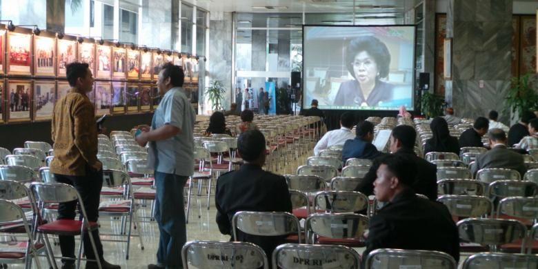 Tamu undangan yang tidak bisa memasuki ruang Sidang Umum Majelis Permusyawaratan Rakyat disediakan dua layar lebar untuk melakukan nonton bareng (nobar) dari luar ruang sidang, Senin (20/10/2014).