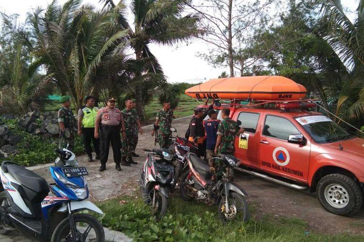 Tim gabungan melakukan pencarian terhadap penambang pasir yang tenggelam di Sungai Lukulo, Dukuh Sidomulyo, Desa Tanggulangin, Kecamatan Klirong, Kabupaten Kebumen, Jawa Tengah, Senin (13/1/2020).