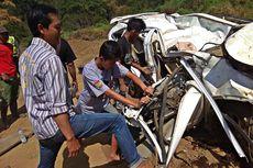 Petugas Evakuasi Honda CRV yang Terjun ke Jurang Magetan