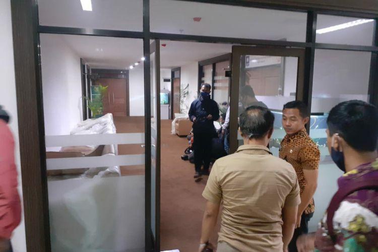 Komisi Pemberantasan Korupsi (KPK) menggeledah kantor anggota DPRD Jabar Abdul Rozak Muslim di Gedung DPRD Jabar, Jalan Diponegoro, Kota Bandung, Kamis (3/12/2020).