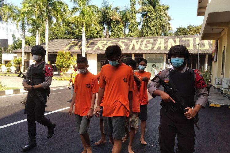 Para pelaku pelemparan batu digelandang aparat Polres Nganjuk, Rabu (17/3/2021). Para pelaku tersebut mengaku dendam karena tugu perguruan silat perkumpulanya dirusak.