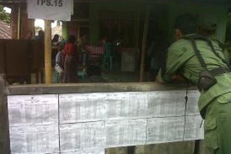 Suasana sepi di salah satu Tempat Pemungutan Suara (TPS) di Kota Tidore Kepulauan, Maluku Utara, Kamis (31/10/2013).