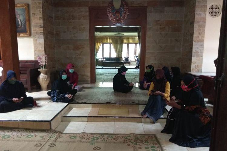 Suasana rumah duka penyanyi campursari legendaris Didi Kempot di Desa Majasem, Kecamatan Kendal, Ngawi, Jawa Timur, Selasa (5/5/2020).